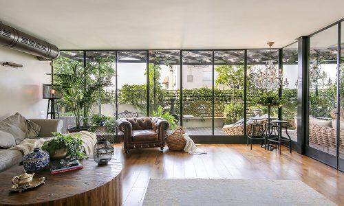 פנטהאוז בתל-אביב: חלונות בלגיים מברזל (חלון בלגי), בשילוב פתרונות חכמים, להתאמה מושלמת של החלונות לקווי המבנה