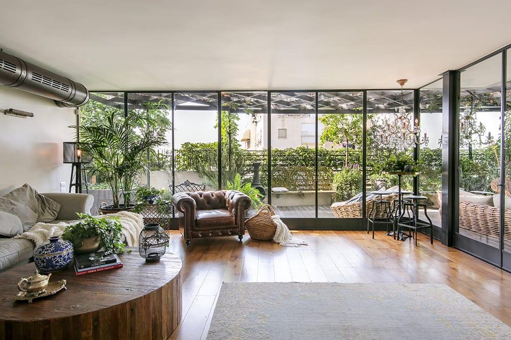 Read more about the article פנטהאוז בתל-אביב: חלונות בלגיים מברזל (חלון בלגי), בשילוב פתרונות חכמים, להתאמה מושלמת של החלונות לקווי המבנה