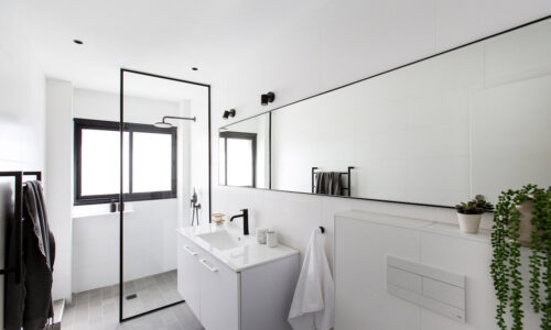 דירה בתל-אביב – מוצרי הברזל המעוצבים לחדר האמבטיה משתלבים בעיצוב הנקי והמינימליסטי