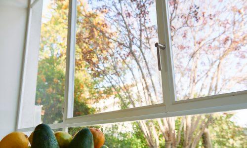 בית באודים – פרופיל בלגי ברזל בצבע לבן שנראה כמו חדש גם אחרי שנים (חלון בלגי)