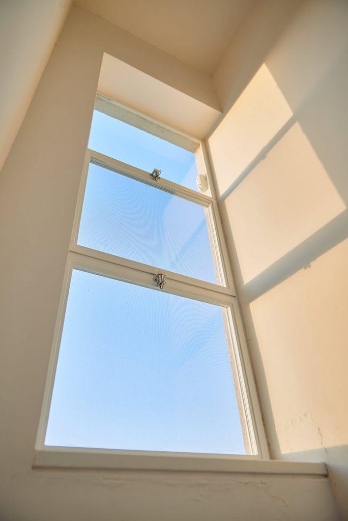 בית באודים חלונות בלגיים לבנים