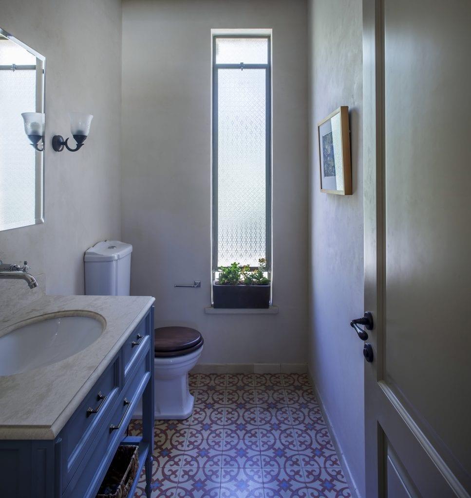 חלון Bay באמבטיה שמגדיל את חלל החדר