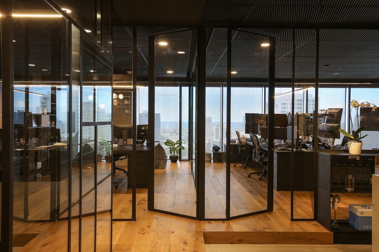 פרופיל בלגי ברזל שחור במשרדים במידטאון תל-אביב