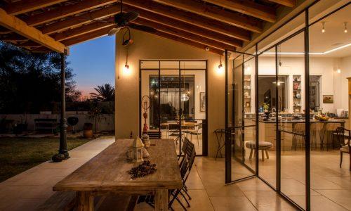 בית בקיסריה בעיצוב כפרי וחם
