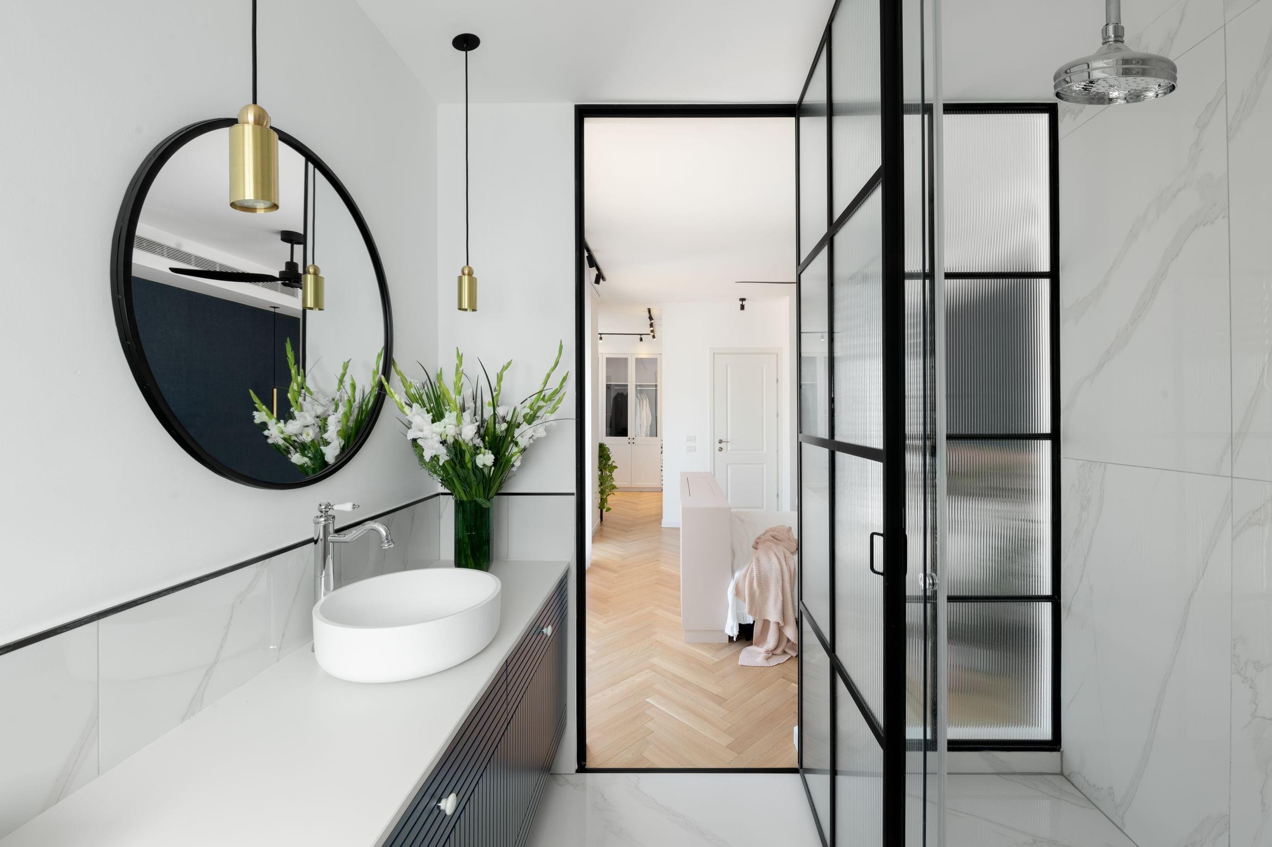 דלת ברזל מעוצבת עם זכוכית ופרופיל ברזל בצבע שחור ללא חלודה גם בחדרים רטובים ובאמבטיה.