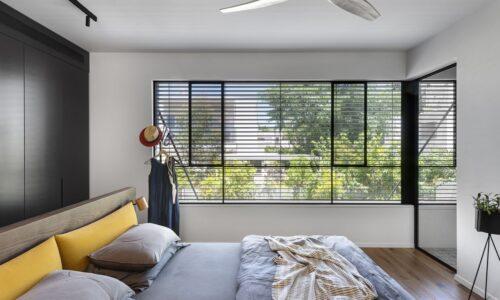 חלונות בלגיים עם צלונים להחשכה משופרת בחדרי השינה