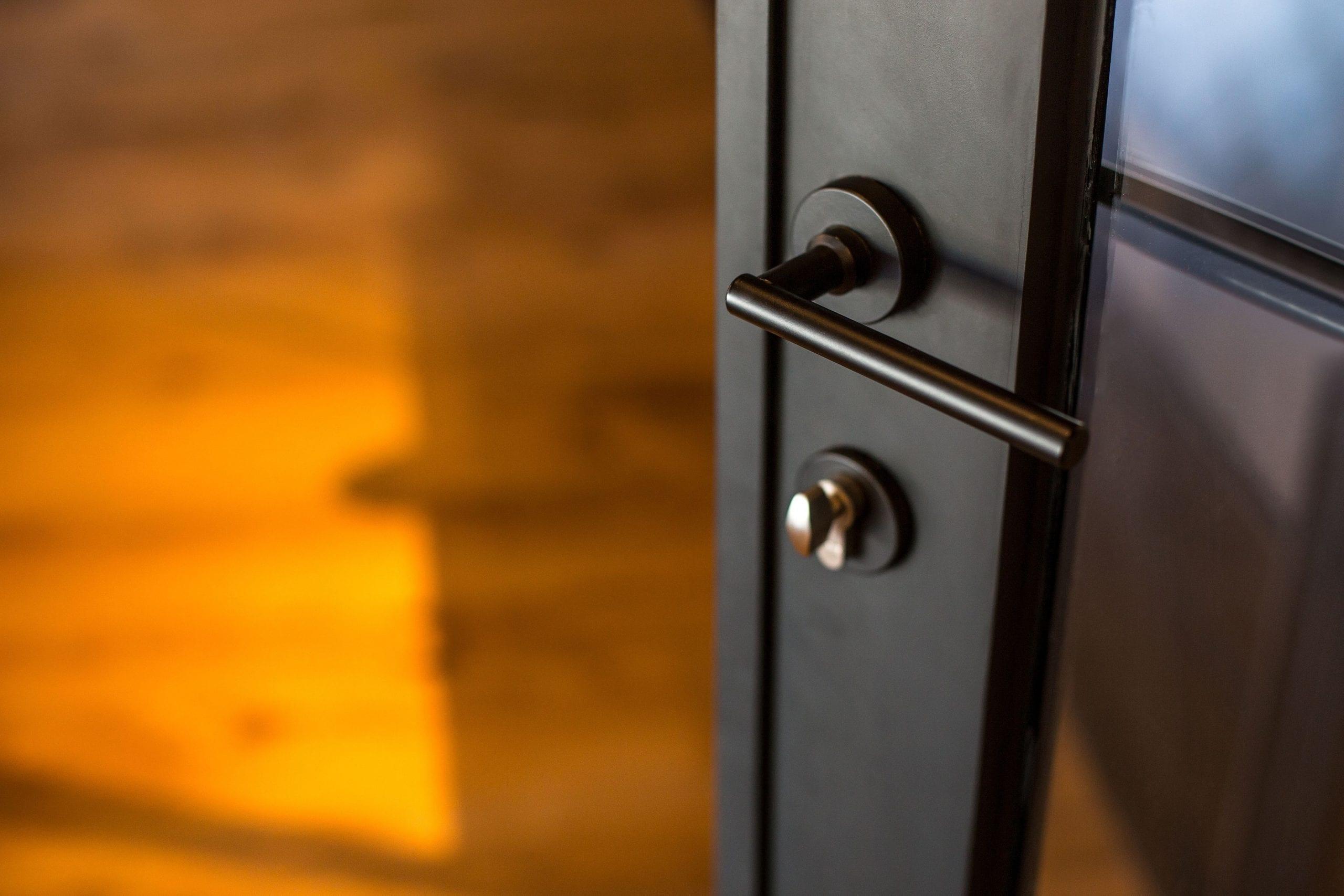 ידית ברזל בדלת ברזל פרופיל בלגי בצבע שחור נעילה רב מוקדית ללא חלודה