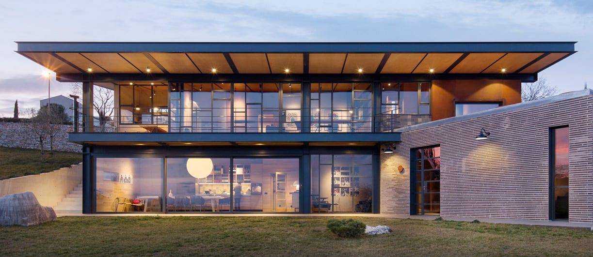 בית עם חלונות בלגיים וחלונות ענק מבודדים לבנייה ירוקה ולחיסכון אנרגטי בעיצוב יוקרתי של תובל מינימל