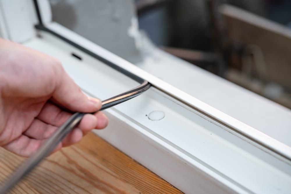 חלון בלגי ברזל עם פרופיל ברזל מבודד ומנגנון נתק תרמי לשיפור איכות הבידוד של החלון. זכוכית בידודית ופרופיל מבודד של תובל מינימל