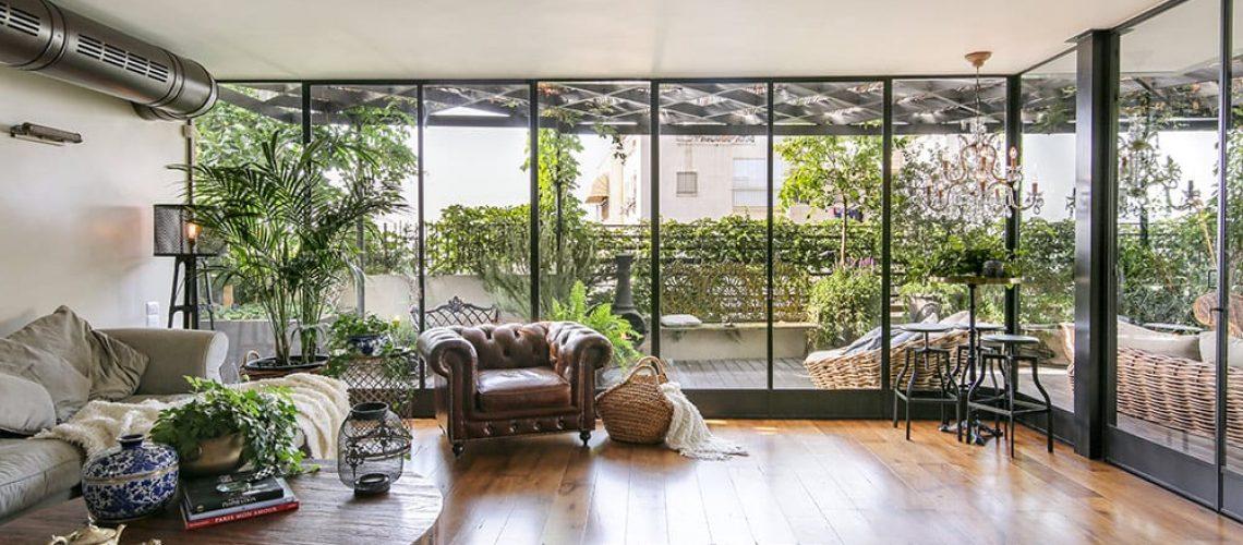 פנטהאוז בתל-אביב: חלונות בלגיים מברזל, בשילוב פתרונות חכמים, להתאמה מושלמת של החלונות לקווי המבנה